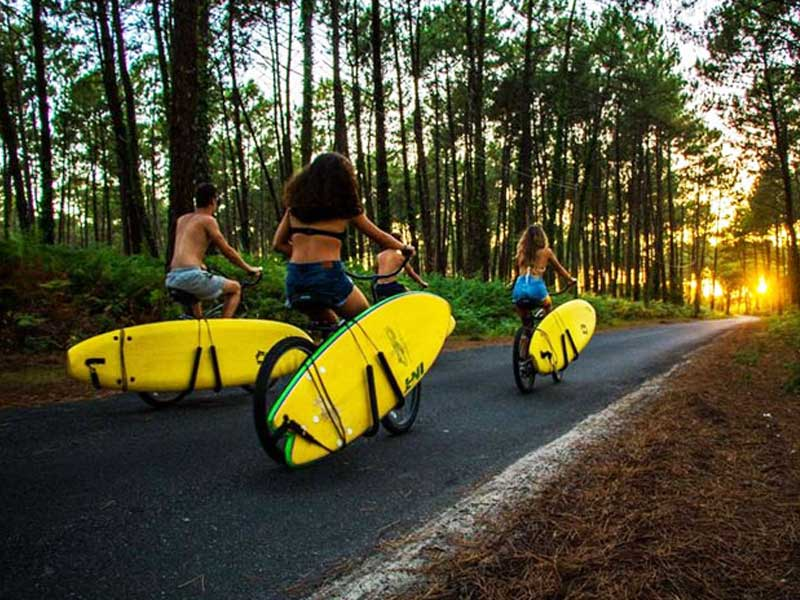 Groupe d'ados en balade en colonie de vacances surf cet automne
