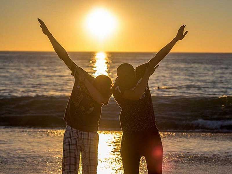 Deux ados sous un coucher de soleil en colonie de vacances cet automne