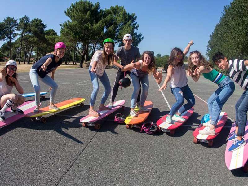 Enfants faisant du hamboard en colonie de vacances cet automne