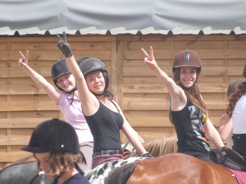 Adolescentes pratiquant l'équitation en colonie de vacances