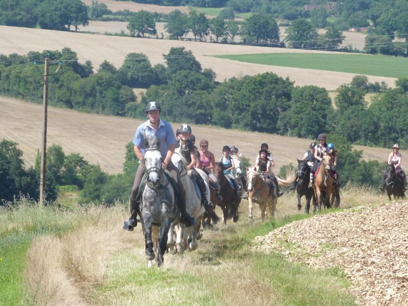 Enfants en randonnée à poney en colonie de vacances