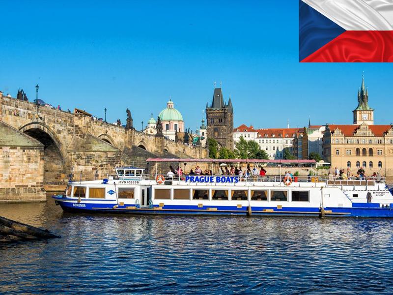 balade en bateau à Prague en colonie de vacances cet automne