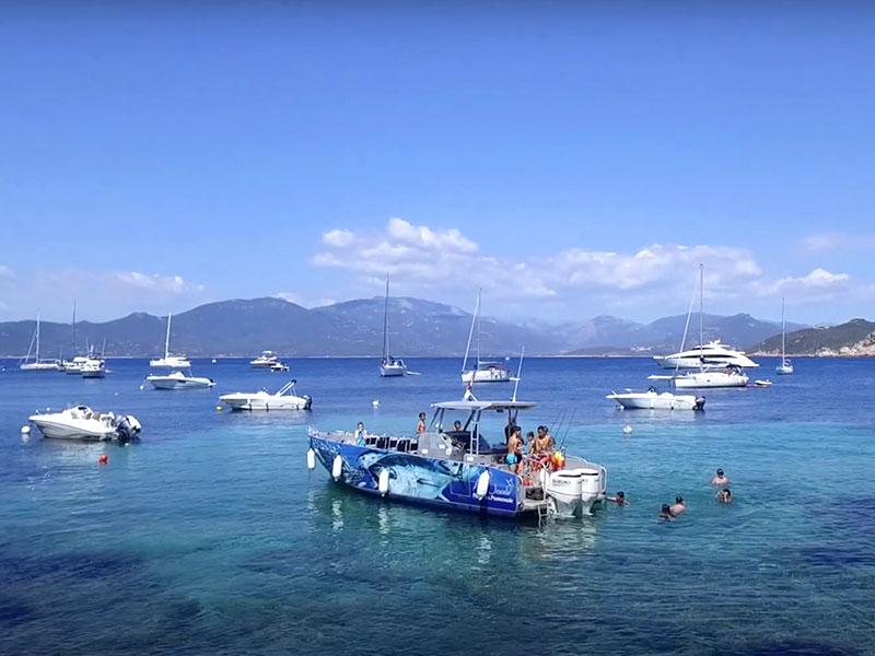 Enfants en colo en excursion bateau cet automne en corse