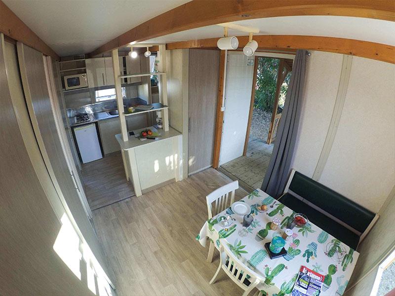 vue sur l'intérieur de l'hébergement du camping en corse