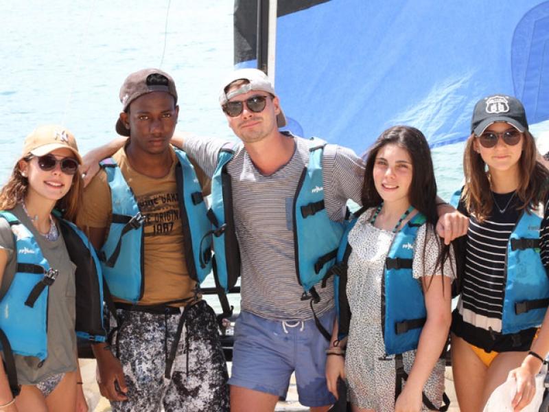 groupe d'ados avec des gilets de sauvetage en colo en Corse