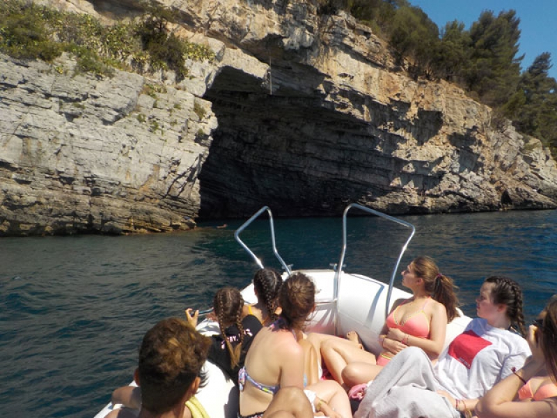 ados sur un bateau dans les criques de la corse cet automne