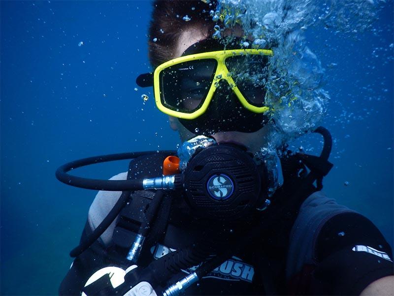 ado faisant de la plongée sous marine en colo en corse