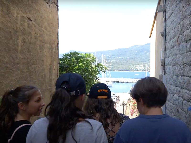 Ados en balade dans les rues de Corse en colo