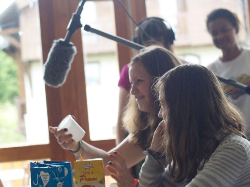 Préados faisant un court métrage en colonie de vacances