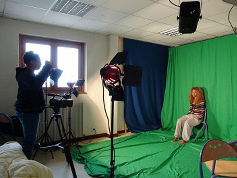 Studio de tournage et fond vert en colonie de vacances cinéma à la montagne cet hiver