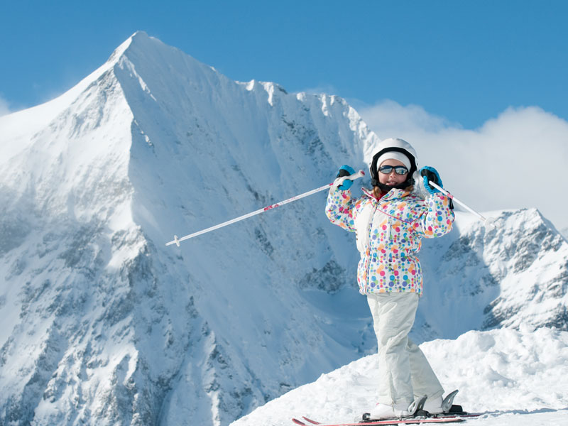 Fillette posant sur les pistes devant les montagnes en colonie de vacances