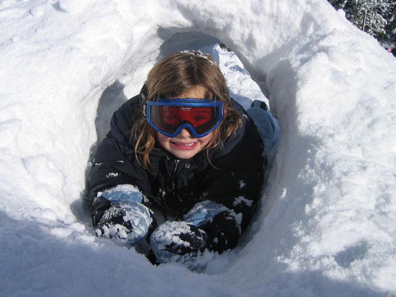 fillette s'amusant dans la neige cet hiver en colonie de vacances