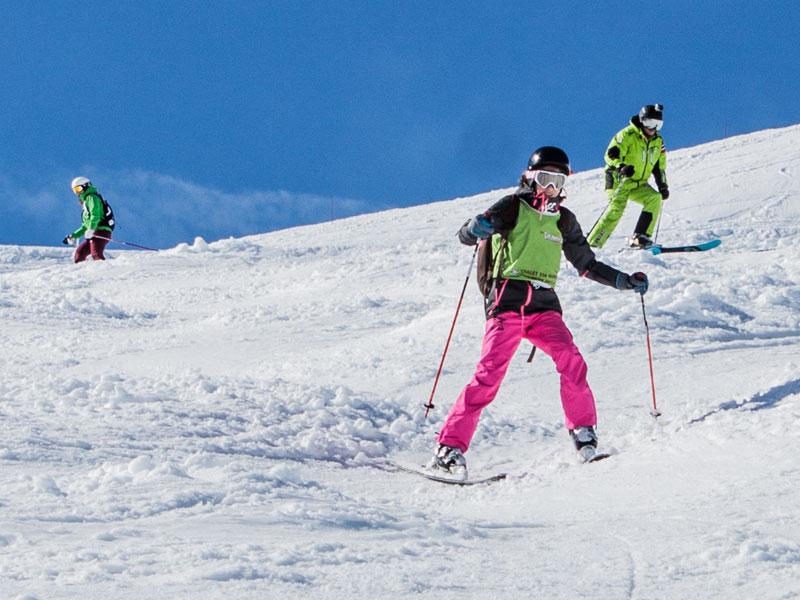 adolescents dévalant les pistes en colo cet hiver