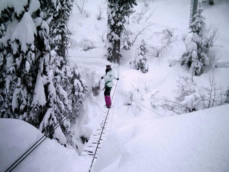 adolescente faisant de la via ferrata des neiges en colonie de vacances