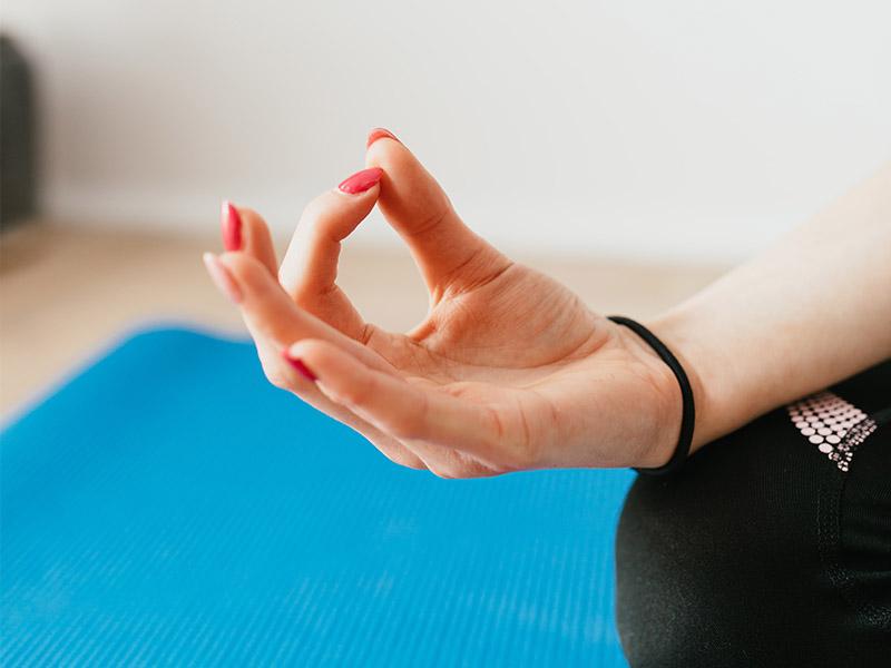 jeune fille faisant du yoga en colo