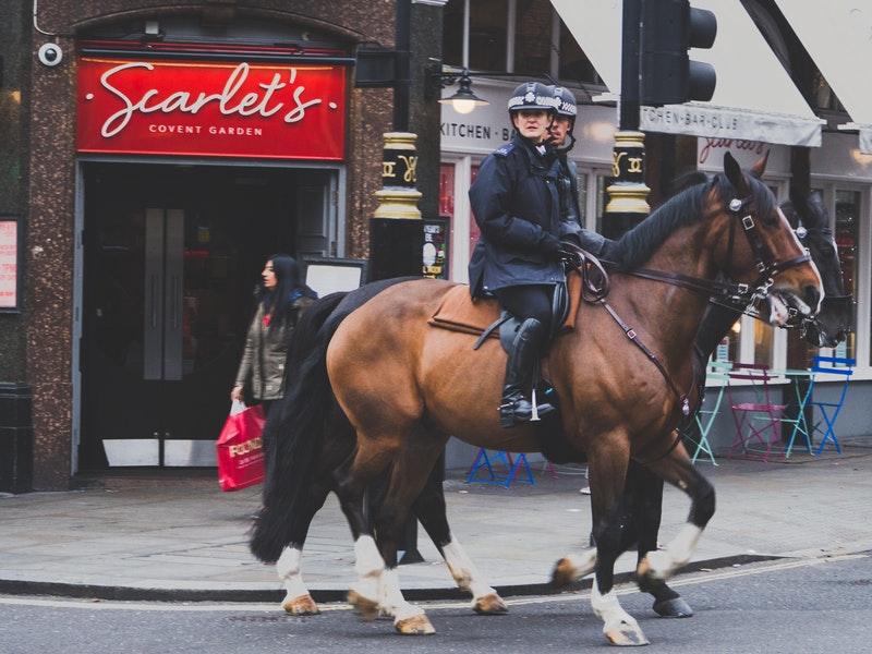 policiers à cheval dans les rues de londres