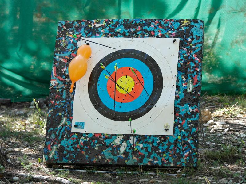 Cible de tir à l'arc en colonie de vacances pour enfants