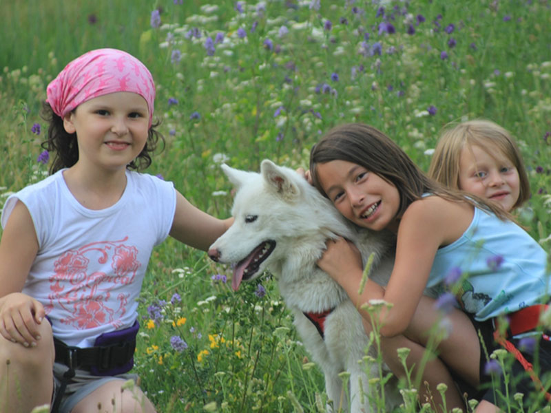 Portrait de fillettes avec un chien en colonie de vacances de paques
