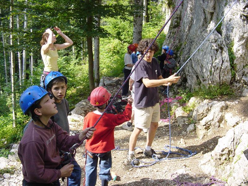 enfants pratiquant la descente en rappel en colonie de vacances
