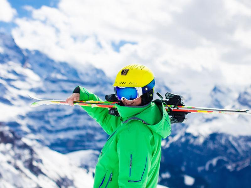 Préado portant ses skis en colonie de vacances de printemps
