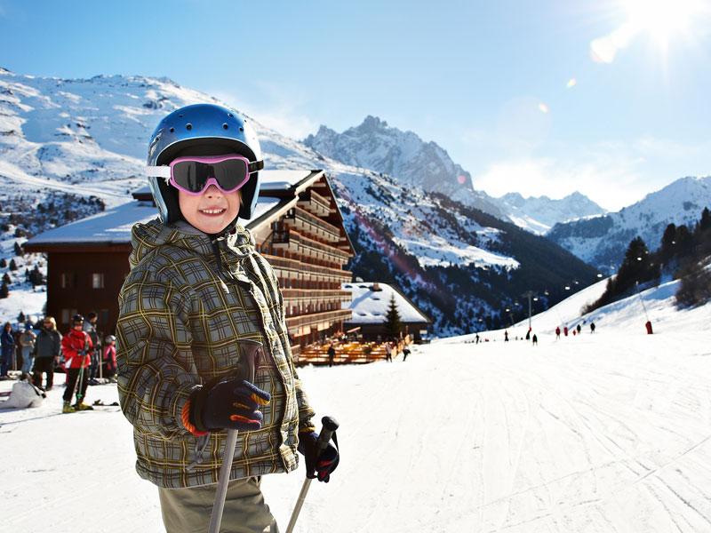Portrait d'un enfant à une station de ski en colonie de vacances au printemps