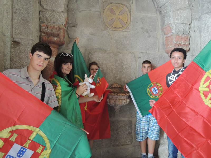 groupe d'ados en colonie de vacances au portugal avec le drapeau