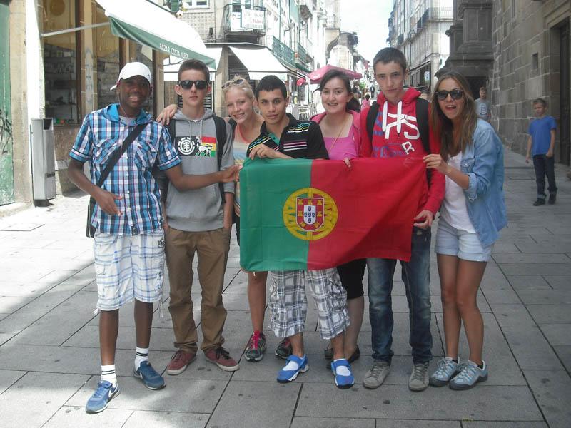 Groupe d'ados avec le drapeau du portugal en colo