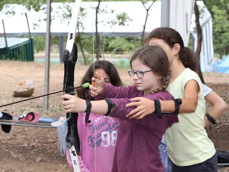 Enfant apprenant à faire du tir à l'arc