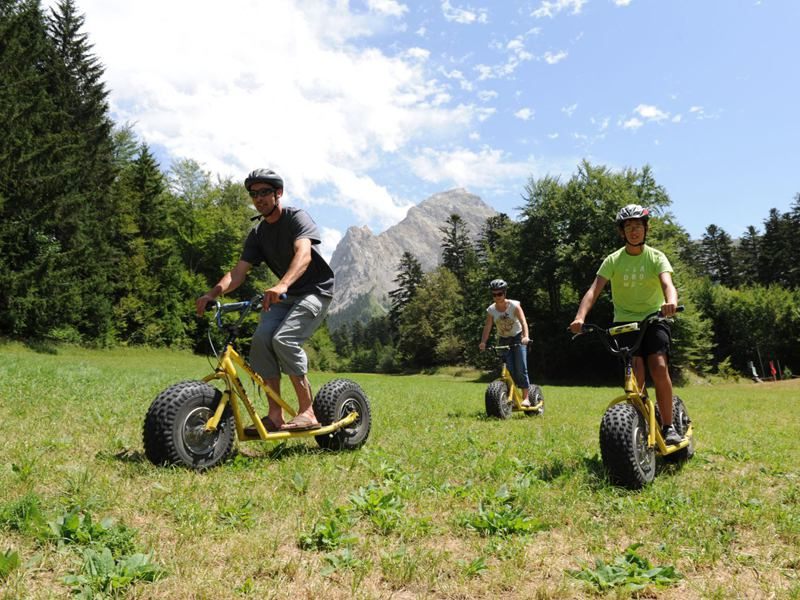Groupe d'adolescents en trottinette tout terrain