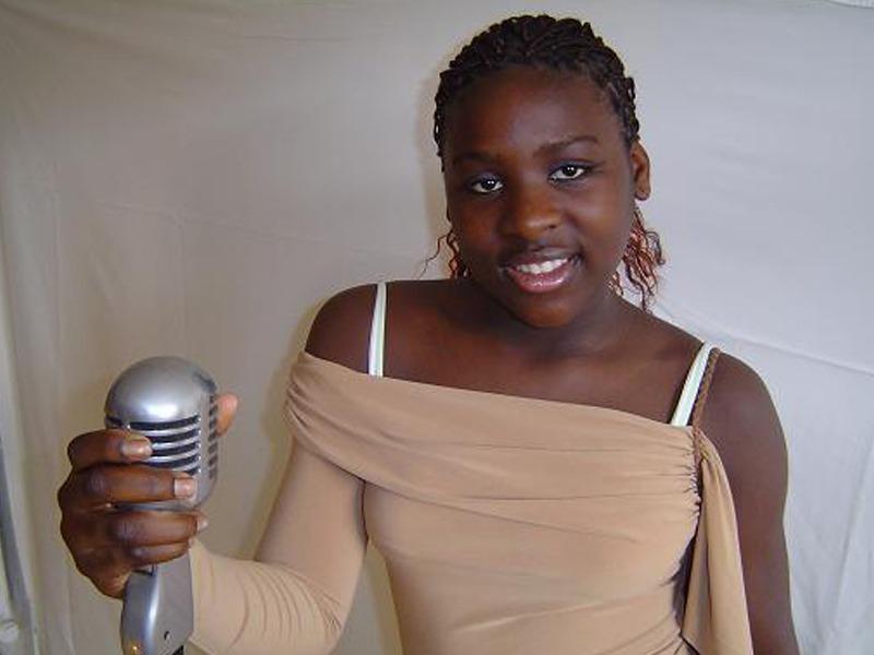 Jeune fille tenant un micro