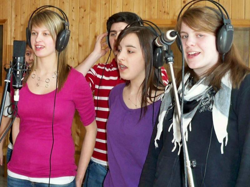 Groupe d'adolescentes chantant