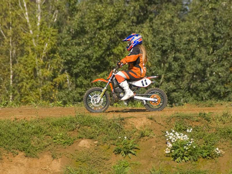 Vue sur un enfant sur un parcours à motocross