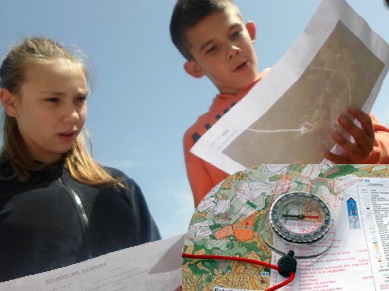 Enfants faisant une course d'orientation