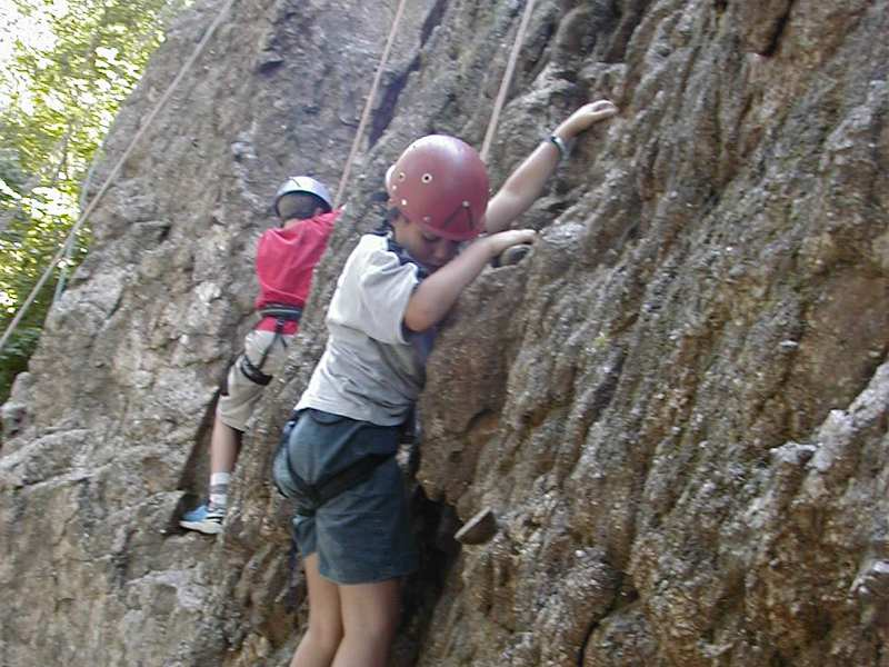 Enfants escaladant la roche