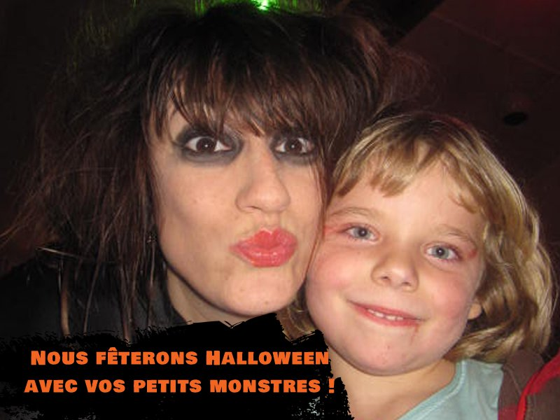 Portrait d'une fillette avec une animatrice déguisée pour Halloween