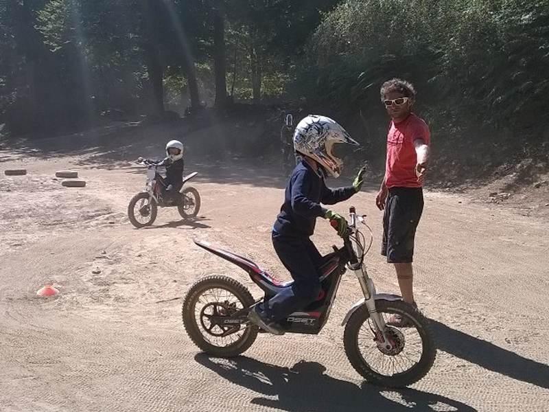 Enfants qui font de la moto sous la supervision d'un moniteur