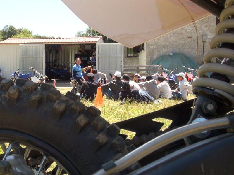 Enfants apprenant les bases de la motocross en colonie de vacances