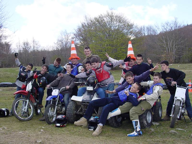 Groupe d'enfants motards en colo