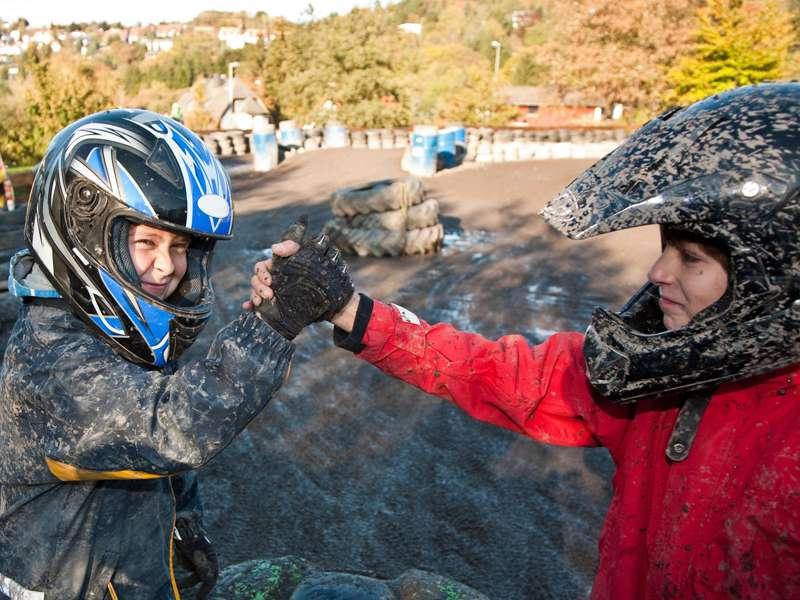 Enfants avec équipement de moto qui se serrent la main