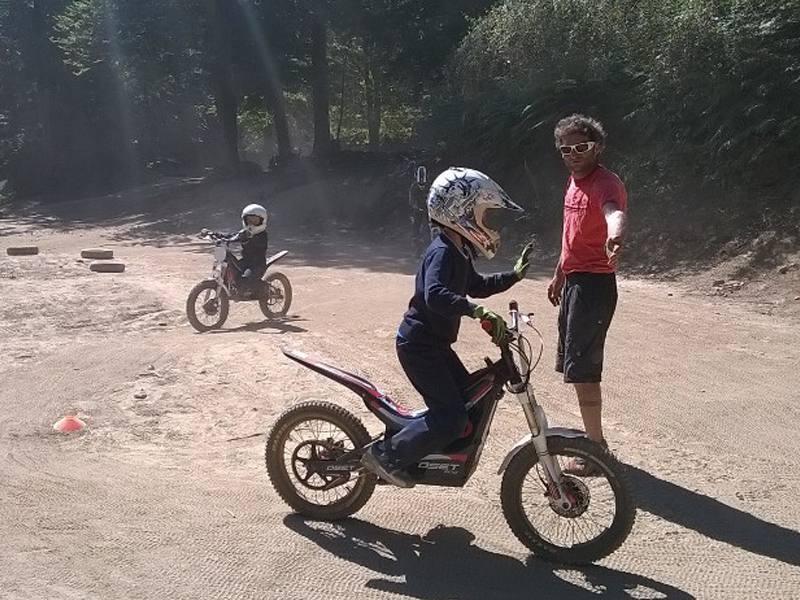 Enfant en train de faire de la moto sur un terrain aménagé