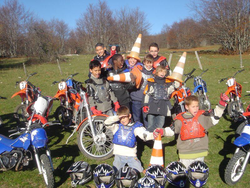 Groupe d'enfants avec des motos et des cônes de circulation
