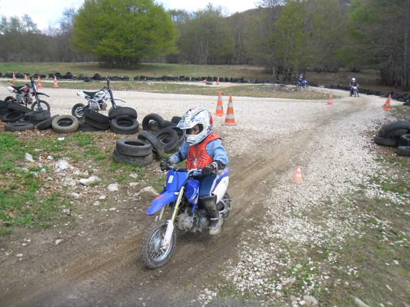 Enfant sur un parcours de motocross