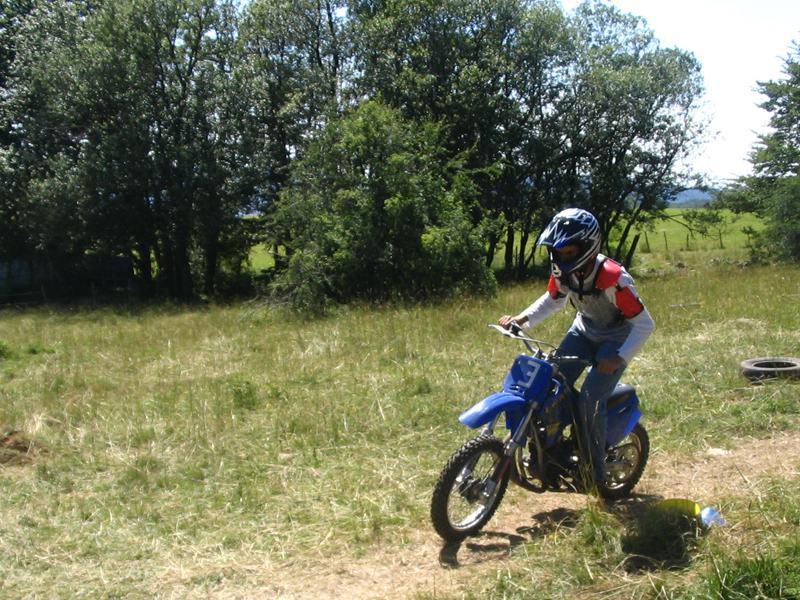 Enfant qui fait de la moto à la campagne