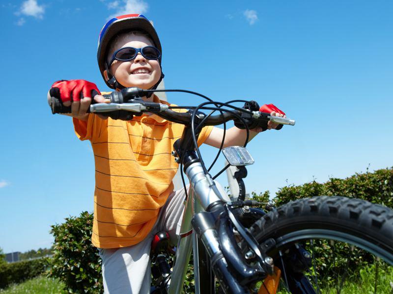 Enfant tenant le guidon de son vélo