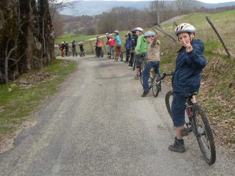 Groupe d'enfants en balade à VTT