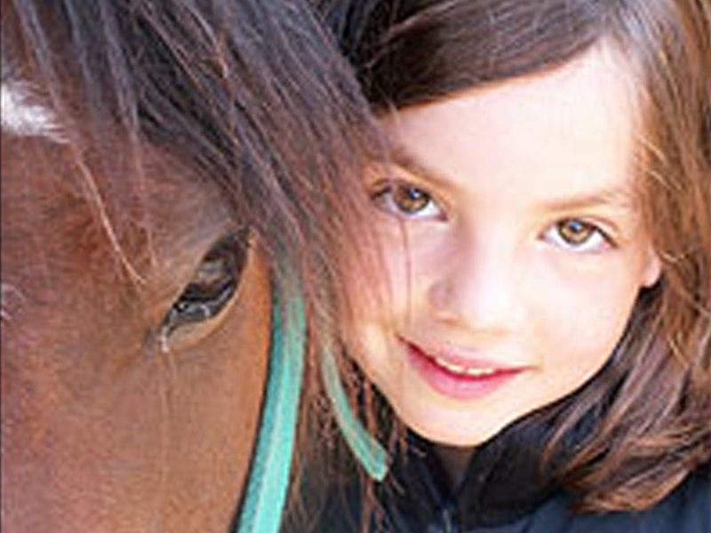 Portrait d'une fillette avec son poney