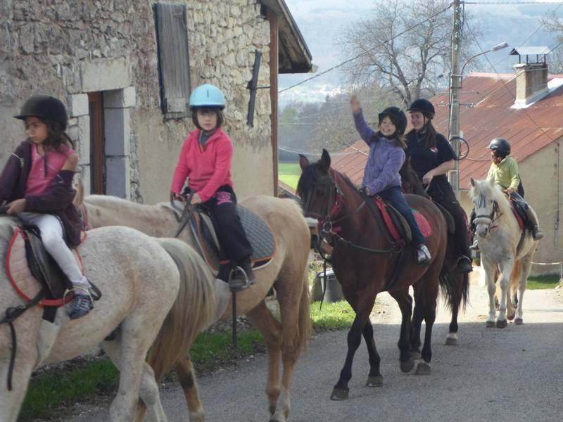 Enfants en balade à poney