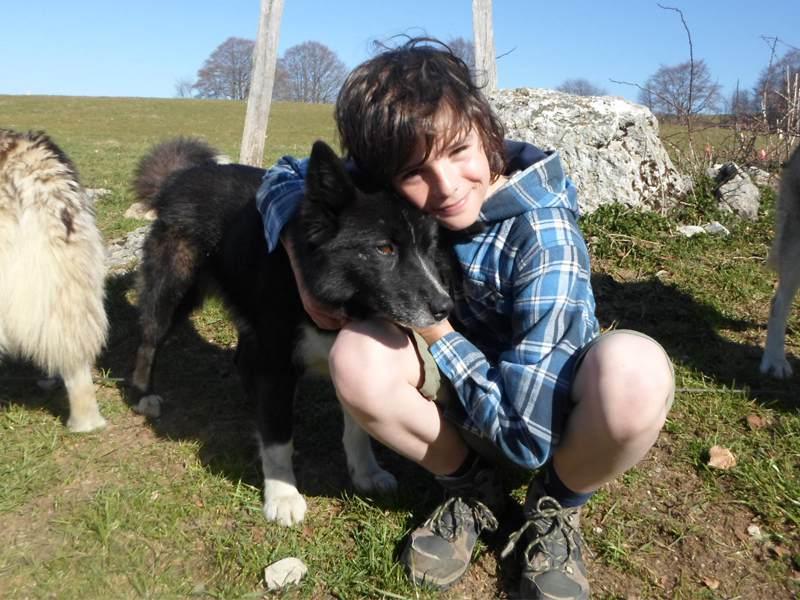 Portrait d'un enfant avec un chien en colo