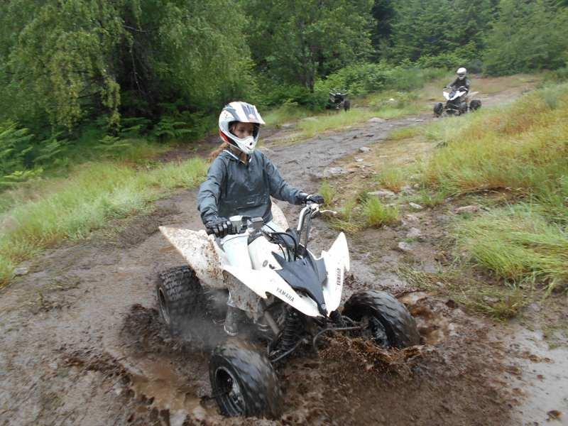 Ado conduisant un quad