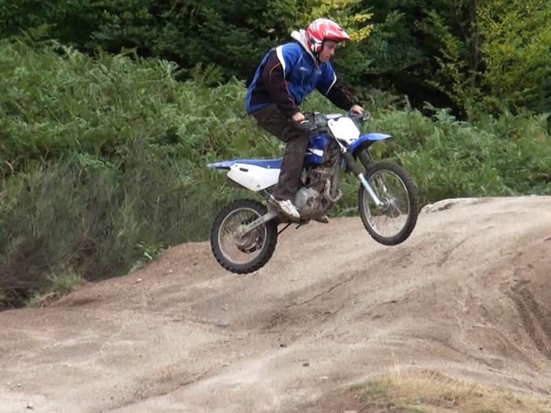 Jeune à moto
